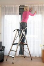 Leiter zum Gardinen aufhängen